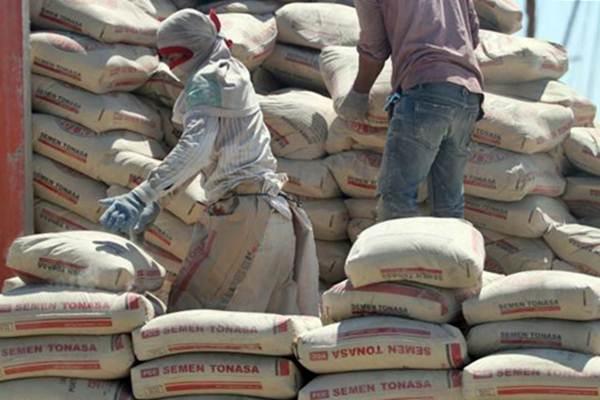 Pekerja membongkar muatan semen di Pelabuhan Makassar, Senin (28/8). - JIBI/Paulus Tandi Bone