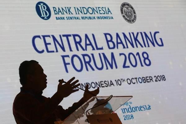 Siluet Gubernur Bank Indonesia Perry Warjiyo saat memaparkan materi dalam acara Central Banking Forum 2018 di Nusa Dua Bali, Rabu (10/10/2018). - JIBI/Abdullah Azzam
