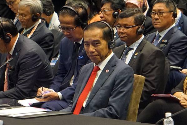 Presiden Joko Widodo saat menghadiri pertemuan KTT Ke-21 ASEAN-Cina di Pusat Konvensi Suntec, Singapura, Rabu (14/11/2018). - Antara