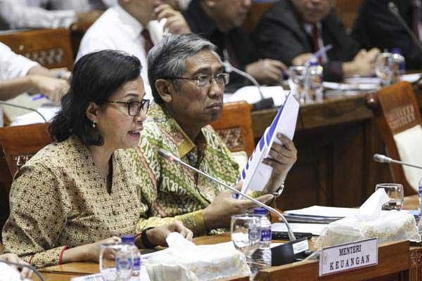 Menteri Keuangan Sri Mulyani Indrawati (kiri) bersama Wakil Menteri Keuangan Mardiasmo mengikuti rapat kerja dengan Komisi XI DPR di Kompleks Parlemen, Senayan, Jakarta, Senin (2/7/2018). - ANTARA/Dhemas Reviyanto