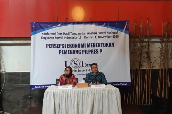 Peneliti LSI Ardian Sopa (kanan) saat merilis hasil survei terkait dukungan Pilpres dengan variabel persepsi ekonomi. - Bisnis/Muhammad Ridwan