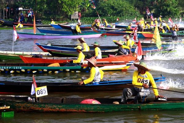 Peserta memacu perahu mesin atau katingting di Lok Baintan, Babupaten Banjar, Kalsel, Minggu (7/10). Sebanyak 125 peserta mengikuti lomba perahu katingting melintasi Sungai Martapura dalam rangka meningkatkan promosi pariwisata Kalsel. - Antara/Ibay