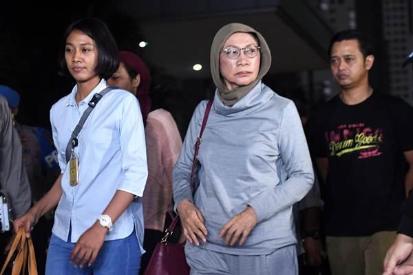 Ratna Sarumpaet (tengah) tiba di Mapolda Metro Jaya untuk menjalani pemeriksaan di Jakarta, Kamis (4/10/2010). Pelaku hoax itu ditangkap pihak kepolisian di Bandara Soekarno Hatta saat akan pergi ke luar negeri. - ANTARA/Akbar Nugroho Gumay
