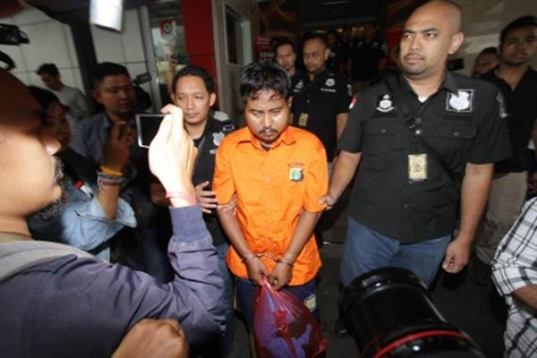 Polisi mengawal tersangka pelaku pembunuhan terhadap mantan wartawan Abdullah Fithri Setiawan alias Dufi, berinisial MN, seusai penangkapan di Polda Metro Jaya, Jakarta, Rabu (21/11/2018). - ANTARA/Nalendra