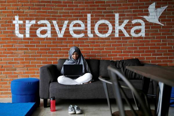 Karyawan beraktivitas di kantor Traveloka, di Jakarta. - REUTERS/Beawiharta