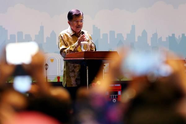 Wakil Presiden Jusuf Kalla menyampaikan sambutan pada pembukaan Seminar Nasional dan Kongres ISEI XX di Bandung, Jawa Barat, Rabu (8/8/2018) malam. - JIBI/Rachman