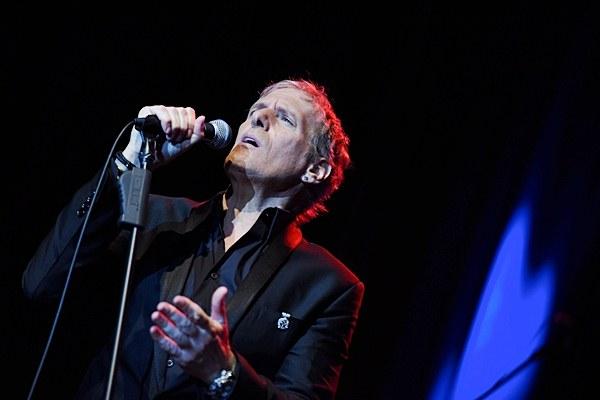Penyanyi asal Amerika Michael Bolton tampil dalam konsernya yang bertajuk An Evening With Grammy Winner, di Jakarta, Selasa (2/6/2015). - Antara/Hafidz Mubarak A.