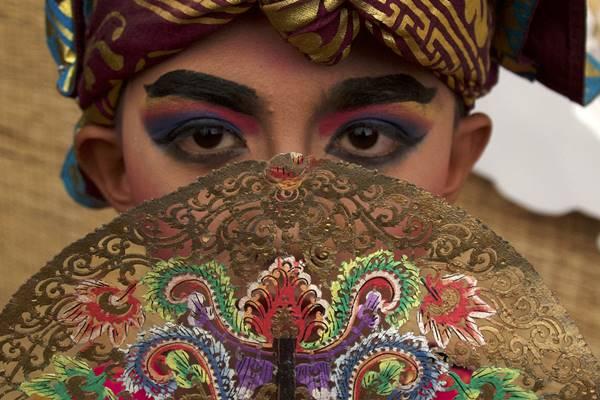 Penari cilik dari Sanggar Paripurna Bali menggunakan pakaian adat Kayonan - Antara