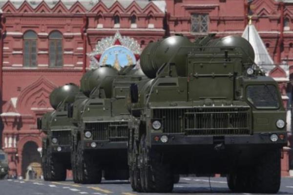 Rudal permukaan ke udara milik Rusia S-400 saat dipamerkan di Lapangan Merah Moskow pada 9 Mei 2016, pada parade Hari Kemenangan, memperingati ulang tahun ke 71 kemenangan Rusia atas Nazi Jerman pada Perang Dunia II. - Reuters/Sergei Karpukhin