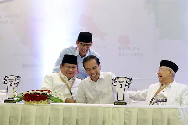 Pasangan calon Presiden Joko Widodo-Maruf Amin (kanan) berbincang dengan pasangan capres Prabowo Subianto-Sandiaga Uno, di sela-sela pengambilan nomor urut untuk Pilpres 2019, di kantor Komisi Pemilihan Umum, Jakarta, Jumat (21/9/2018). - JIBI/Dwi Prasetya