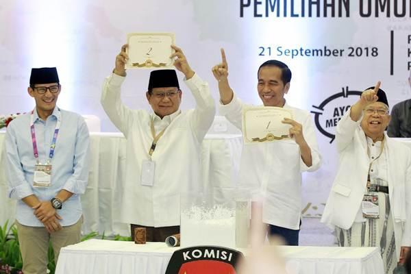 Pasangan calon Presiden Joko Widodo-Maruf Amin (kanan) dan pasangan capres Prabowo Subianto-Sandiaga Uno memperlihatkan hasil pengambilan undian nomor urut untuk Pilpres 2019, di kantor Komisi Pemilihan Umum, Jakarta, Jumat (21/9/2018). - JIBI/Dwi Prasetya