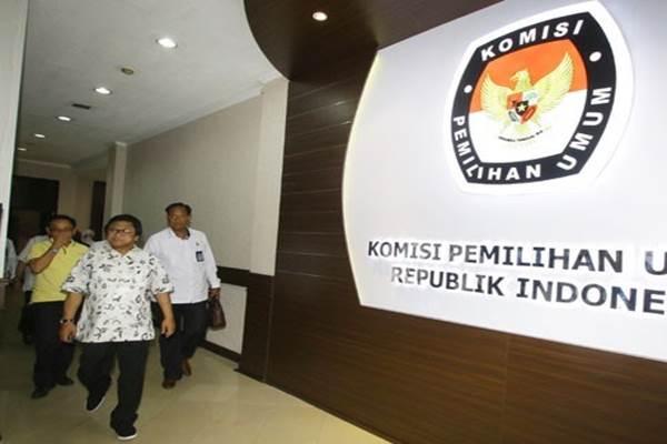 Ketua Umum Partai Hati Nurani Rakyat (Hanura) Oesman Sapta Odang (tengah) meninggalkan ruangan seusai melakukan pertemuan terkait pendaftaran calon peserta Pemilu 2019 di Gedung KPU Pusat, Jakarta, Kamis (12/10/2017). - Antara