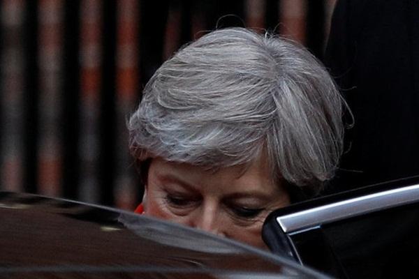 PM Inggris Theresa May meninggalkan markas Partai Konservatif di London, setelah Inggris menyelesaikan pemungutan suara, 9 Juni  2017. - Reuters/Peter Nicholls