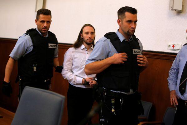 Sergei W., pelaku pengebom bus klub sepak bola Borussia Dortmund pada April 2017, tiba di pengadilan untuk mendengarkan putusan hakim di Dortmund, Jerman, Selasa (27/11/2018). - Reuters/Leon Kuegeler