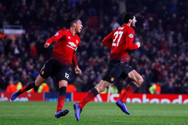 Permain Manchester United Marouane Fellaini (kanan) dan Chris Smalling merayakan gol gi ujung laga yang menentukan kemenangan 1 - 0 atas Young Boys. - Reuters/Phil Noble