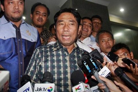 Abraham Lunggana atau Haji Lulung (tengah) keluar dari ruangan, seusai menjalani pemeriksaan di Gedung Bareskrim Mabes Polri, Jakarta, Senin (4/5/2015) malam. - Antara/Reno Enir