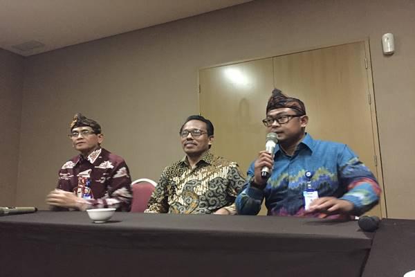 Direktur Jenderal Bina Keuangan Daerah Kementerian Dalam Negeri (Kemendagri) Syarifuddin (tengah), dan Sekjen Asosiasi Pengawas Dewan (APD) PDAM se-Indonesia Agus Teguh Suryaman (kiri). JIBI/BISNIS - Wisnu Wage