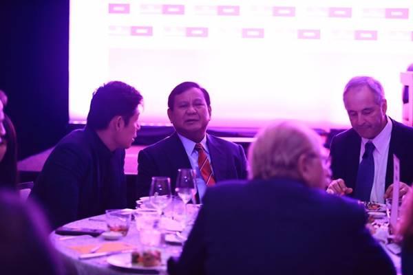 Capres Prabowo Subianto berbincang dengan Anthony Tan Founder and Group CEO GRAB South East Asia pada acara The World 2019 Gala Diner di Singapura, Selasa (27/11). - Dok. Tim Pemberitaan Prabowo/Sandiaga Uno