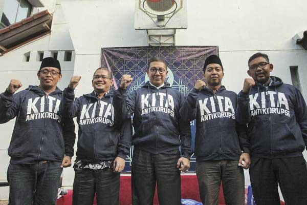 Juru Bicara Komisi Yudisial Farid Wajdi (kedua kiri) saat berfoto bersama Menteri Agama Lukman Hakim Saifudin (tengah), Wakil Sekretaris Lakpesdam NU Idris Mas'ud (keempat kiri), Direktur Gratifikasi KPK Giri Suprapdionodi (kanan) dan Peneliti ICW Abdullah Dahlan (kiri) saat menghadiri Ngobrol Santai Antikorupsi di Jakarta, Kamis (8/6). - Antara/Muhammad Adimaja