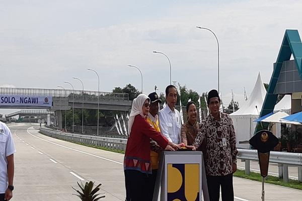 Presiden Jokowi (tengah) menekan tombol tanda diresmikannya ruas tol Sragen Ngawi sepanjang 51 kilometer di Sragen, Jawa Tengah, Rabu, 28 November 2018. - Irene Agustine