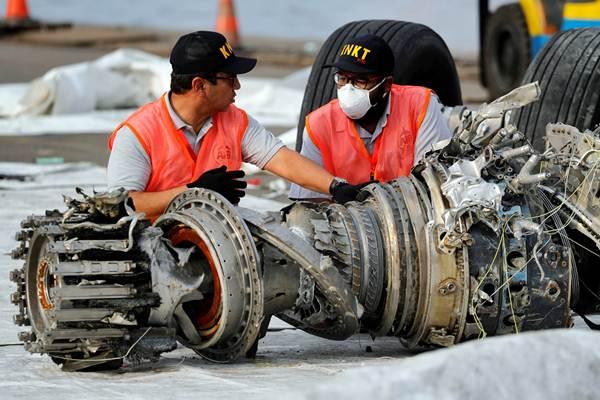 Petugas KNKT memeriksa mesin turbin pesawat Lion Air JT610, di Pelabuhan Tanjung Priok, Jakarta, Minggu (4/11/2018). - Reuters/Beawiharta
