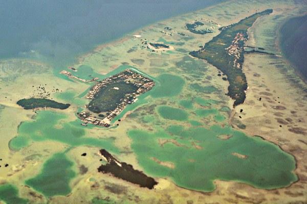 Foto udara Pulau Tengah dan Pulau Pari, gugusan Kepulauan Seribu, di perairan Laut Jawa, Jakarta, Senin (24/4). - Antara/Iggoy el Fitra