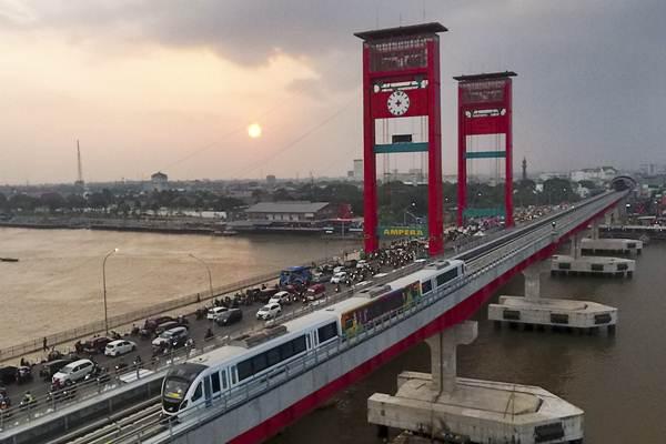 Rangkaian Light Rail Transit (LRT) Palembang melintas di atas Sungai Musi, Palembang, Sumatra Selatan, Senin (23/7/2018). - ANTARA/Nova Wahyudi