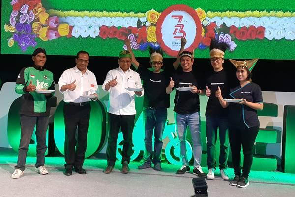 Menteri Perhubungan RI Budi Karya Sumadi (kedua dari kiri), Menteri Komunikasi dan Informatika (ketiga dari kiri), CEO dan CEO Go-Jek Nadiem Makarim (tengah) berfoto usai peluncuran Gojek di Sabang-Merauke, di Jakarta, Rabu (15/8/2018). - Bisnis/Dhiany Nadya Utami