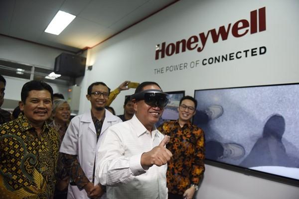 Menteri Riset, Teknologi dan Pendidikan Tinggi Mohamad Nasir mencoba perangkat VR yang disediakan Honeywell di laboratorium di UGM pada Rabu (28/11/2018) - Honeywell
