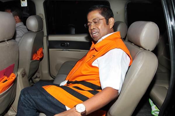 Tersangka mantan Menteri Sosial Idrus Marham berada dalam mobil tahanan seusai menjalani pemeriksaan di gedung KPK, Jakarta,, Selasa (6/11/2018). - ANTARA/Reno Esnir