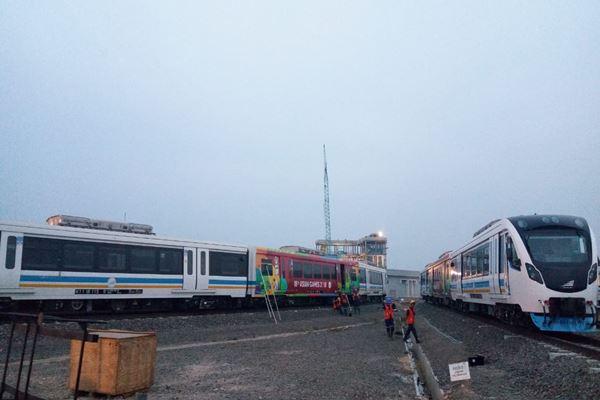 Suasana di Depo LRT Palembang Sumatra Selatan, Rabu (1/8). Para pekerja sedang melakukan pengecekan salah satu rangkaian kereta LRT. - JIBI/Rio Sandy