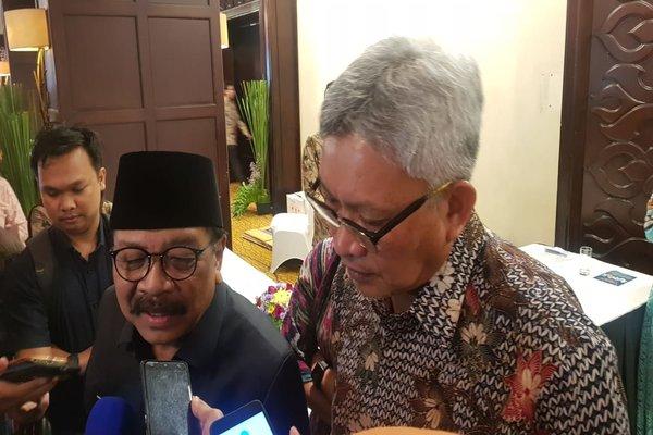 Gubernur Jatim Soekarwo (berpeci) memberi keterangan kepada wartawan.