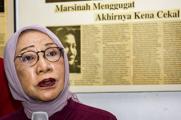 Anggota Badan Pemenangan Nasional (BPN) Prabowo-Sandiaga, Ratna Sarumpaet memberikan klarifikasi terkait pemberitaan penganiyaan terhadap dirinya di Kediaman Ratna Sarumpaet, Kawasan Bukit Duri, Jakarta, Rabu (3/10). - Antara