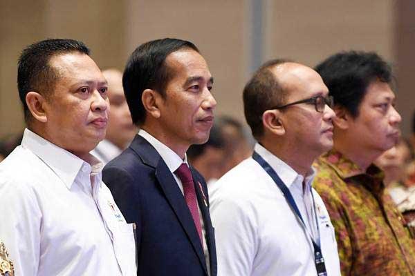 Presiden Joko Widodo (kedua kiri) didampingi Ketua DPR Bambang Soesatyo (kiri), Menteri Perindustrian Airlangga Hartarto (kanan) dan Ketua Umum Kadin Indonesia Rosan Roeslani (kedua kanan) menghadiri penutupan Rapimnas Kadin di Surakarta, Jawa Tengah, Rabu (28/11/2018). - ANTARA/Wahyu Putro A