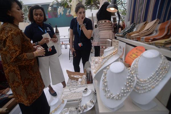 Kerajinan perhiasan asal Indonesia./ - Antara/Nyoman Budhiana