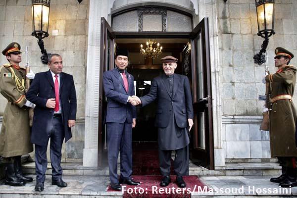 Presiden Joko Widodo bersalaman dengan Presiden Afghanistan Ashraf Ghani saat bertemu di Instana Presiden Kabul, Afghanistan Senin (29/1/2018) - Reuters/Massoud Hossaini
