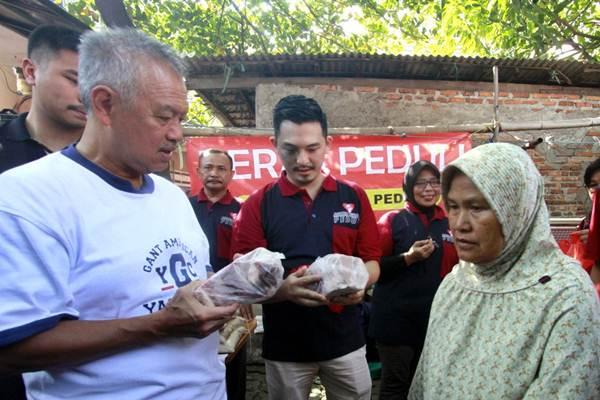 Pendiri Artha Graha Peduli Tomy Winata (kiri) meninjau Pasar Murah Artha Graha Peduli (AGP) di Rawa Badak  Selatan, Kamis (14/6/2018). - JIBI/Nurul Hidayat