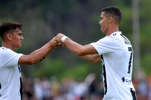 Duo bomber Juventus, Paulo Dybala (kiri) dan Cristiano Ronaldo. - Reuters/Massimo Pinca