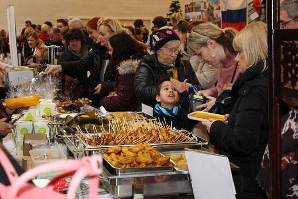 Sate ayam Indonesia 'diserbu' di acara 27th Christmas Charity Bazaar 2018 di Old Market Hall, Bratislava, Slowakia. - Istimewa/KBRI Slowakia