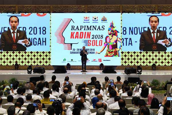 Presiden Joko Widodo memberikan sambutan ketika menutup Rapimnas Kamar Dagang dan Industri (Kadin) Indonesia di Surakarta, Jawa Tengah, Rabu (28/11/2018). - ANTARA/Wahyu Putro A