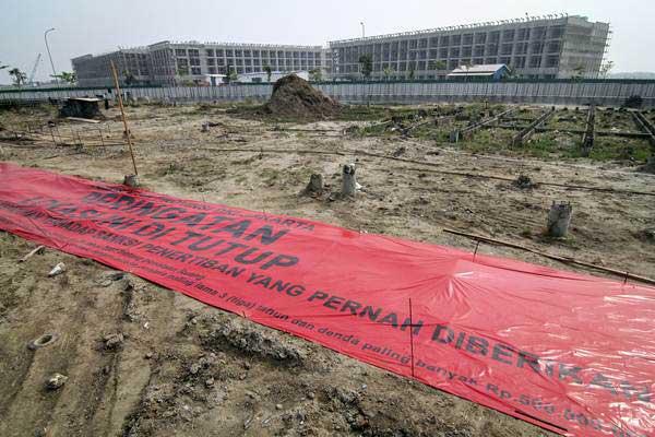 Spanduk penyegelan terpasang di lahan pembangunan pulau reklamasi Teluk Jakarta, Jakarta, Kamis (7/6/2018). - ANTARA/Dhemas Reviyanto