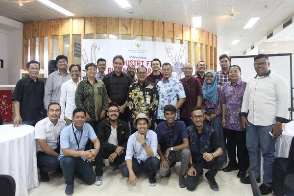 Sekretaris Kementerian Koperasi dan UKM Meliadi Sembiring berfoto bersama insan perfilman Indonesia usai diskusi