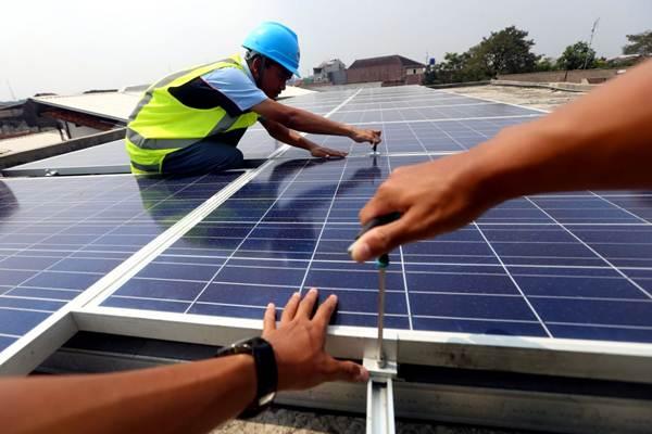 Siswa memasang panel surya di atas gedung SMK Prakarya Internasional, Bandung, Jawa Barat, Rabu (30/5/2018). - JIBI/Rachman