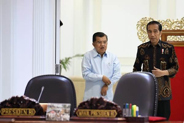 Presiden Joko Widodo (kanan) bersama Wakil Presiden Jusuf Kalla, bersiap memimpin rapat terbatas persiapan pelaksanaan Asian Para Games ke-3 di Kantor Presiden, Jakarta, Selasa (2/10/2018). - ANTARA/Puspa Perwitasari