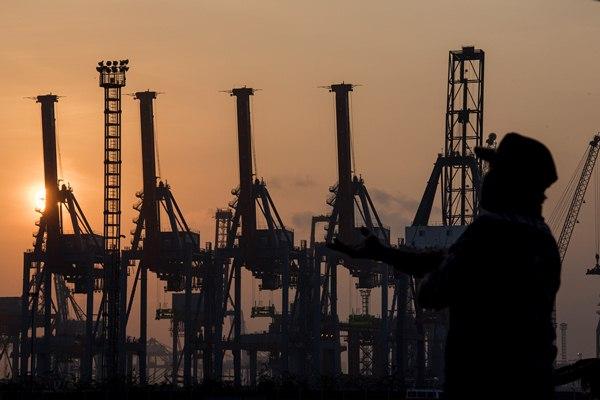 Ilustrasi-Petugas keamanan berada di sekitar Pelabuhan Peti Kemas Tanjung Priok. - Antara