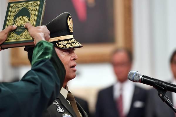Kepala Staf Angkatan Darat (KSAD) Jenderal TNI Andika Perkasa saat melakukan prosesi pengucapan sumpah yang dipimpin oleh Presiden Joko Widodo di Istana Merdeka, Jakarta, Kamis (22/11/2018). - ANTARA/Wahyu Putro A