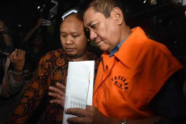 Hakim Pengadilan Negeri Jakarta Selatan Irwan (kanan) mengenakan rompi tahanan seusai menjalani pemeriksaan terkait OTT kasus suap penanganan perkara di PN Jaksel, di Gedung KPK, Jakarta, Kamis (29/11/2018) dini hari. - Antara