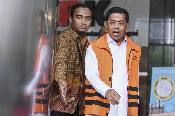 Mantan Menteri Sosial Idrus Marham (kanan) berjalan meninggalkan ruangan seusai seusai diperiksa di gedung KPK, Jakarta, Jumat (7/9/2018). - ANTARA/Hafidz Mubarak A