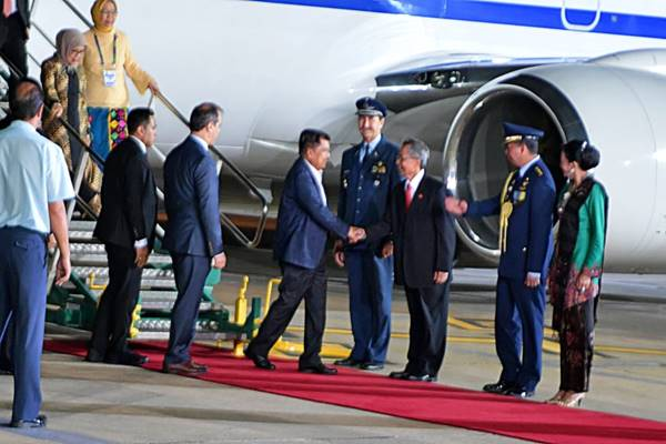Wakil Presiden RI Muhammad Jusuf Kalla ditemani istrinya Mufidah Jusuf Kalla tiba di Buenos Aires, Argentina untuk menghadiri pertemuan G20 pada Kamis (29/11/2018) waktu setempat. - Biro Setwapres