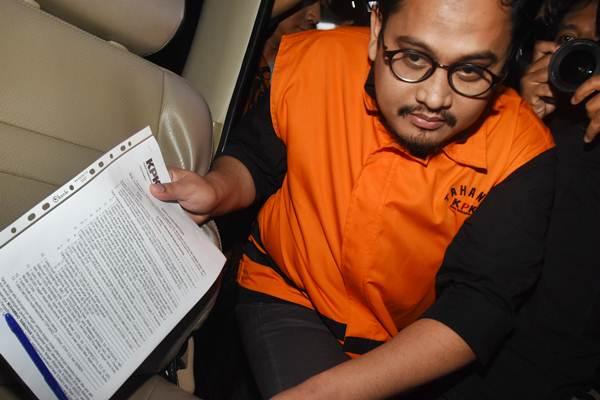 Pengacara Arif Fitrawan mengenakan rompi tahanan seusai menjalani pemeriksaan terkait OTT kasus suap penanganan perkara di PN Jaksel, di Gedung KPK, Jakarta, Kamis (29/11/2018) dini hari. - ANTARA/Indrianto Eko Suwarso